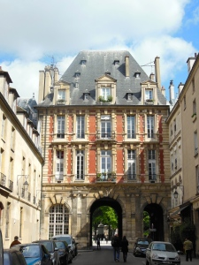Place des Vosges - Entrance  opposite