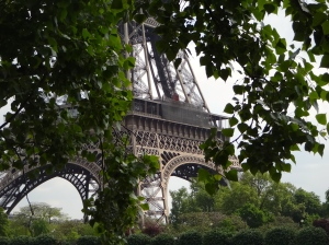 Tour Eiffel through the trees